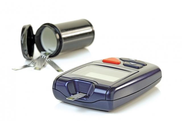 糖尿病患者和其他慢性病如高血壓、自體免疫等慢性疾病患者,也必須密切地控制追蹤植牙後的狀況。(Fotolia)