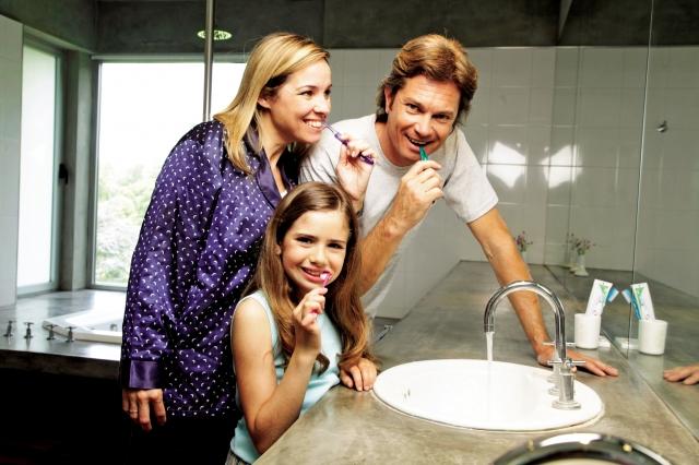 養成正確潔牙習慣,並定期找專業牙科醫師檢查牙齒,才是牙齒保健、避免無牙之苦的不二法門。(Fotolia)