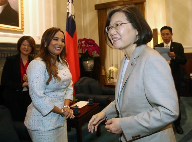 總統蔡英文(前右)28日接見宏都拉斯副總統阿瓦拉朵(Olga Alvarado)(前左)。(中央社)