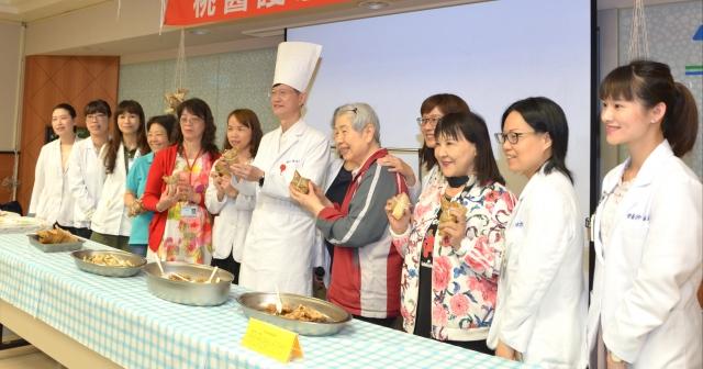 衛生福利部桃園醫院副院長陳瑞昌(中)說,市售的粽子不利於心血管、高血壓、糖尿病友。(記者徐乃義/攝影)