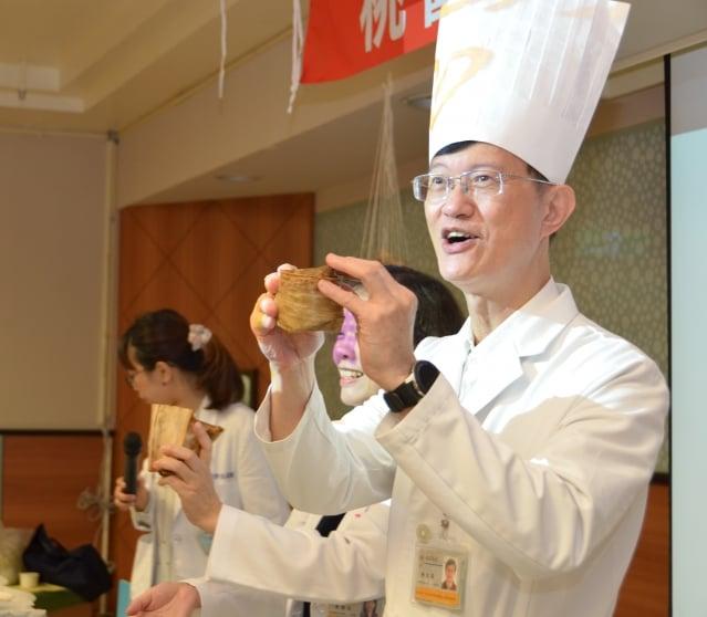 衛生福利部桃園醫院副院長陳瑞昌(右)說,傳統的粽子,包的餡料常見高油、高鹽分的食材。(攝影/徐乃義)