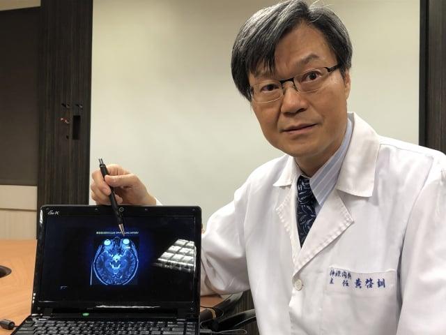 書田診所腦神經內科主任醫師黃啟訓說,玩這款遊戲,每分鐘眨眼睛的次數大增,除了對眼睛的影響很大之外,對腦部也是會有很大的傷害。