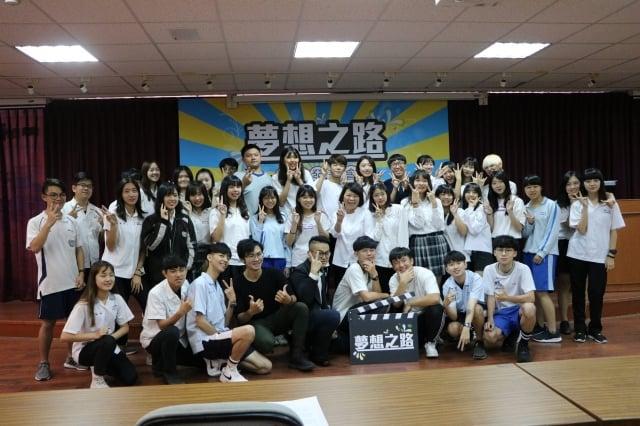 參與表演同學與市長黃敏惠合照。