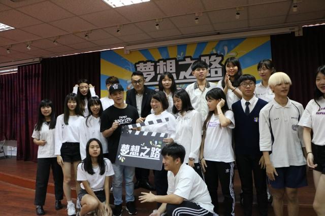 另一組表演同學、指導老師與市長黃敏惠合照。