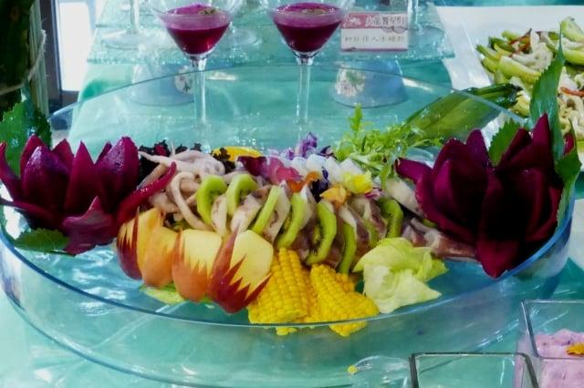 火龍果丁、蘋果切塊,奇異果片和海鮮中卷,沾上特調火龍果莎莎醬、沙拉醬口感更清爽。(攝影/鄧玫玲)