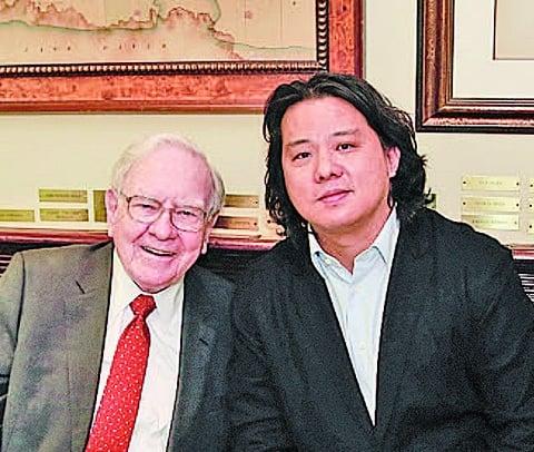 圖為2015年9月8日,天神娛樂董事長朱曄(右)與巴菲特共進午餐。(大紀元資料室)