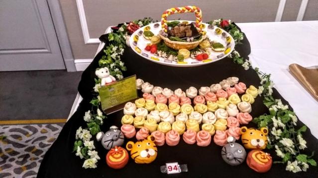 「花籃錦繡」,做出了玫瑰花、老虎、老鼠等造型,都是運用天然原料呈現出繽紛的色彩,色香味俱全,吃起來卻沒有負擔。