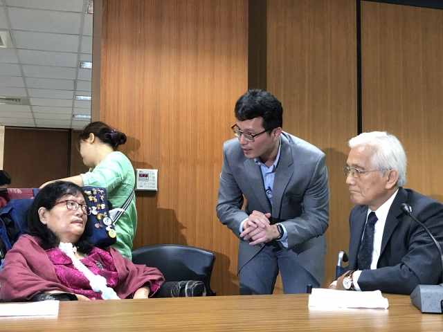中研院分子生物研究所副研究員(左2)與漸凍博士陳銀雪(左1)、凍人協會理事長林詠沂交換意見。