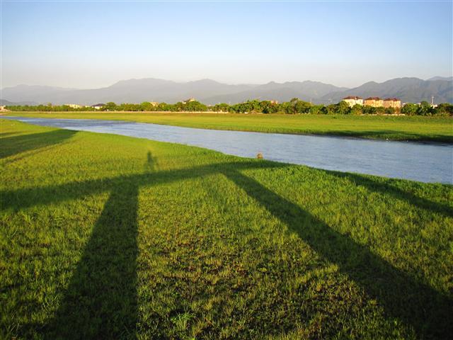 假日來一趟輕旅行,享受安農溪畔野餐、騎車、賞美景。(李翠香提供)