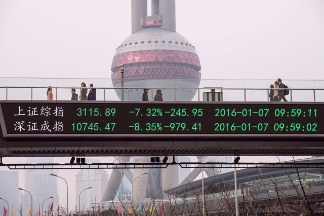 有數據顯示,大陸股市的外國資金也在出逃,而前兩個月外流的資金已經創下歷年來新高。圖為示意圖。(STR/AFP/Getty Images)