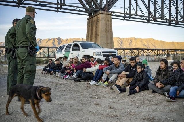 美墨邊境5月有逾13.2萬非法移民被捕,為10多年來的最高水準。圖為3月20日,一群越過美墨邊境的非法移民。(Getty Images)