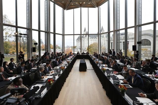 圖為2018年10月25日在加拿大渥太華舉行的世界貿易組織改革會談。(Lars Hagberg / AFP)