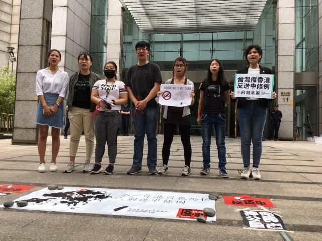 銅鑼灣書店創辦人林榮基、時代力量台北市議員林亮君、台灣基進與台大學生會等單位也出席聲援反對修訂《逃犯條例》。