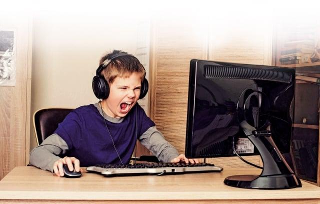 家長要多留意孩子的狀況,因過度沉迷網路上癮,開始排斥學習、出現早上爬不起來、晚上晚睡覺、出現拒學等現象時,可能孩子已屬網路成癮的高危險群。(Fotolia)