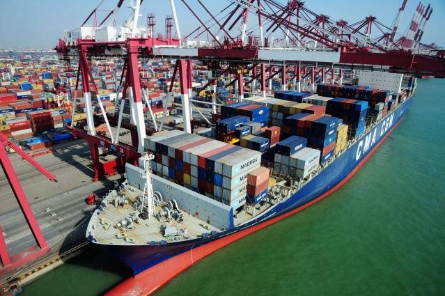 中國海關最新數據顯示,5月進口降幅達近3年來最大降幅,而出口同比增速因「搶出口」好於預期。圖為青島港。(AFP)