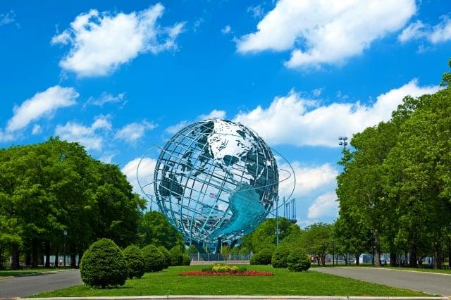 紐約法拉盛草原公園,有第一集中被墜落太空船摧毀的巨大地球模型。(公關提供)