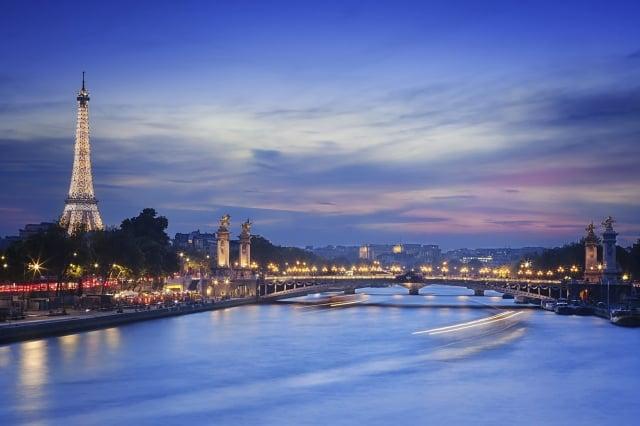 飛碟光照亮花都巴黎天際。(公關提供)