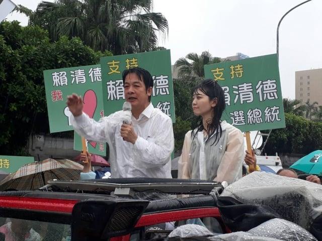 前行政院長賴清德11日一路從新竹北上,大雨中仍有眾多支持者熱情相迎。(大紀元)