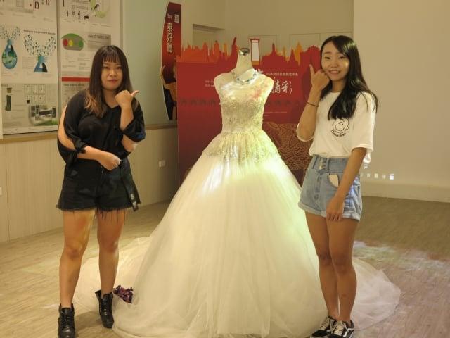 僑光科大「獨家記憶」婚紗設計學生團隊,從設計婚紗到親手縫製,耗費了近一個月的時間,再結合程式設計展現更浪漫的光雕情境。
