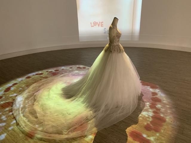結合程式設計展現浪漫的光雕情境,讓純白的婚紗禮服周邊出現了無數鮮豔的紅玫瑰花。