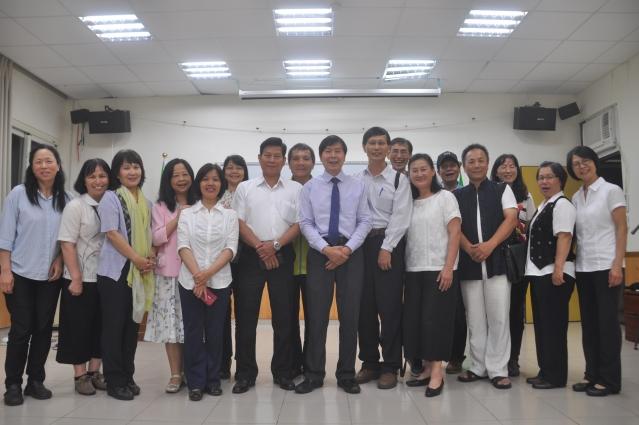 李有甫博士(前右6)到台巡迴講座,12日在花蓮場地,與忠實粉絲團一起合照。(記者詹亦菱/攝影)