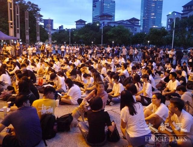 在高雄的香港學生與香港民眾抗爭同步,發起「反對逃犯條例」集會,共同表達香港人抗議逃犯條例的心聲。(記者方金媛/攝影)