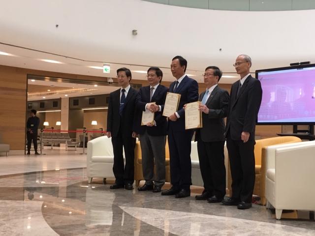 鴻海董事長郭台銘在台大癌醫中心舉辦記者會,宣布加碼捐贈台大癌醫中心50億元,預先恭喜蔡總統初選勝出。(記者莊麗存/攝影)