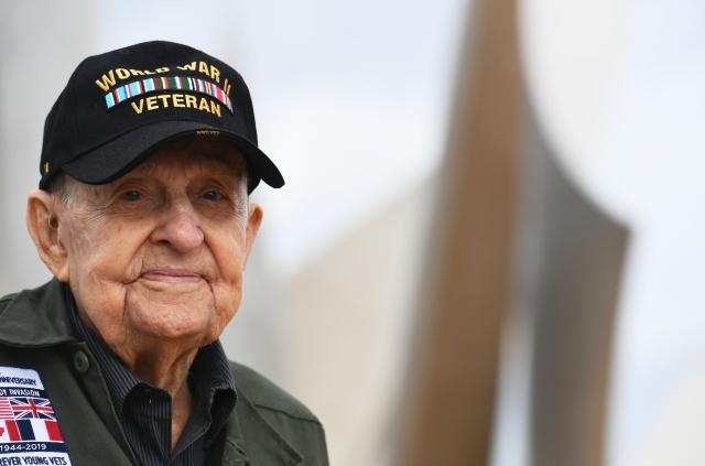 一位97歲的美國二戰老兵,與他當年初戀的法國女孩,近日在諾曼底登陸紀念活動期間重聚。( FRED TANNEAU/Getty Images)