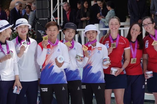 台灣反曲弓女將奪下世界射箭錦標賽團體賽隊史首面金牌。左3起為雷千瑩、彭家楙、譚雅婷。(中央社)