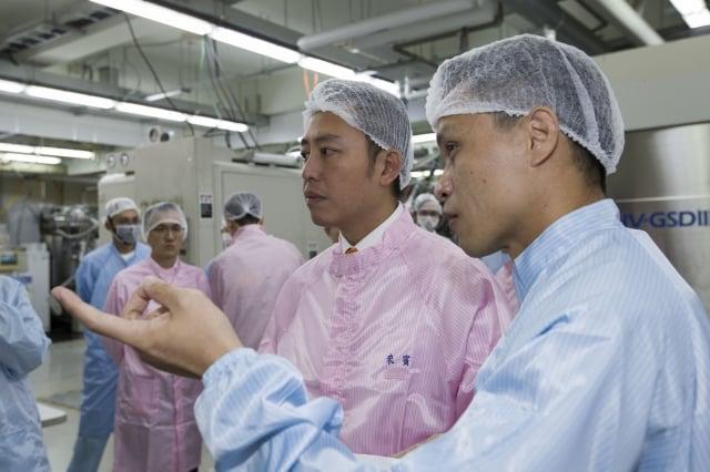 易利修科技總經理陳志忠導覽廠房