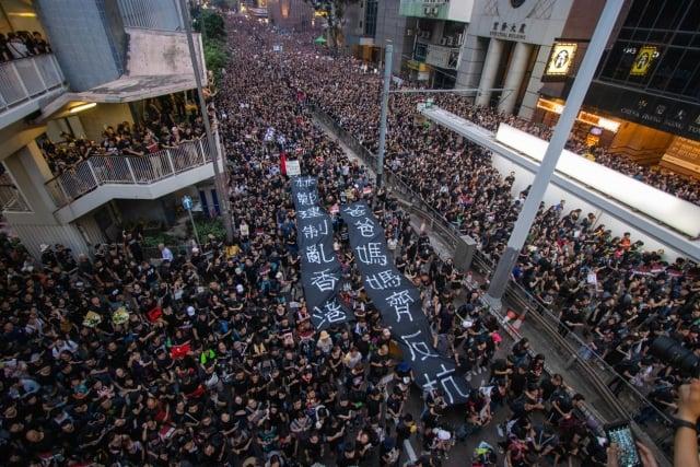 瑞銀執行董事陳彥甫表示,反送中除了對香港本土股票影響大外,長期對香港經濟影響有限。圖為16日近200萬市民再次上街反惡法。(記者蔡雯文/攝影)