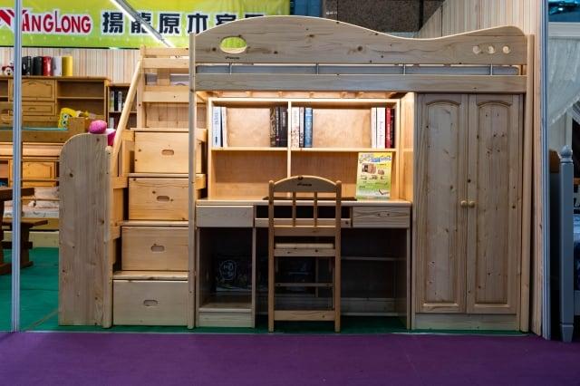 揚龍原木家具的閣樓床組有7件,可有不同組合。