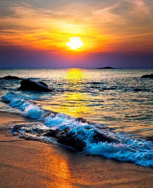 夕陽的餘暉,彷彿一幅吊掛壁畫,這是對夏暮浪花的美好嚮往,驚豔我黯然雙眸,令人流連忘返。(123RF)