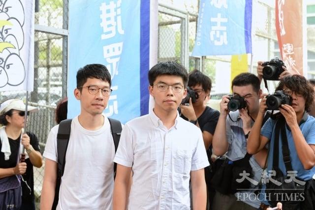 「香港眾志」祕書長黃之鋒(前右1)刑滿獲釋後18日在臉書發表出獄感言指,「沒有人暴動,沒有人是暴徒,那是政權欠我們。」(記者宋碧龍/攝影)