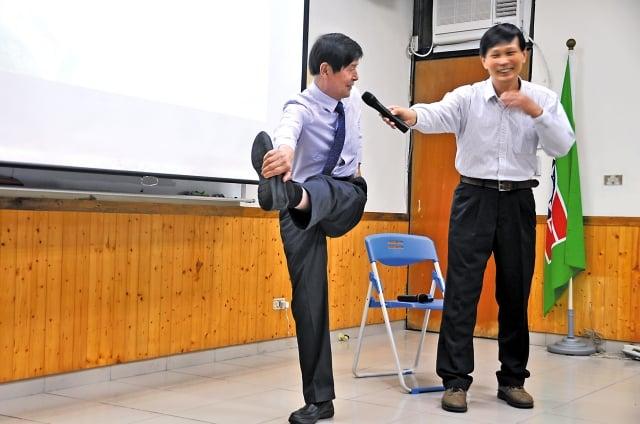 李有甫(左)教導民眾如何解決坐骨神經疼痛問題。(攝影/詹亦菱)