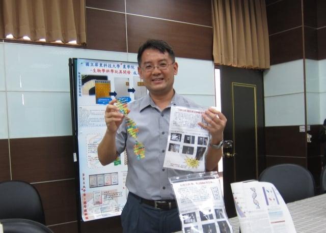 屏東科大生物科技系副教授顏嘉宏,開發各式生物學科學玩具,透過模型著色、動畫貼紙、卡牌遊戲、生活用具等方式,啟發學生自學生物學相關知識。