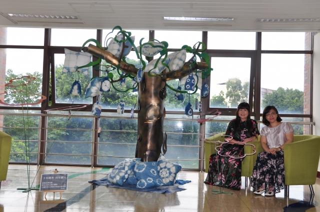 結合藍染與金屬工藝的裝置藝術-生命之樹,傳達美麗的視覺效果,予人舒適之感(記者賴月貴/攝影)