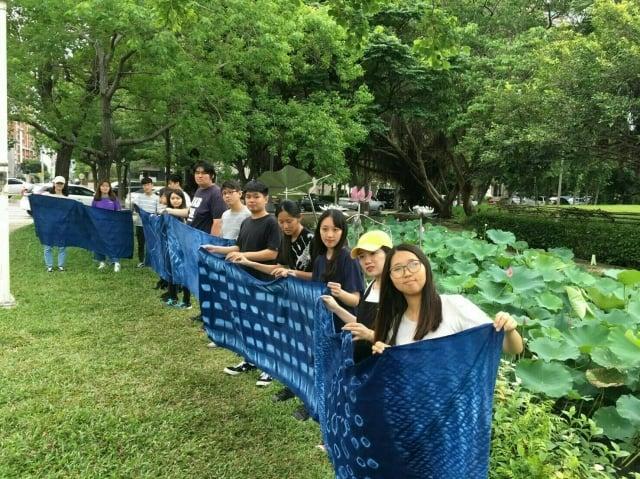 中國科大信義學院學生以藍染技藝創作,展現團隊合作成果
