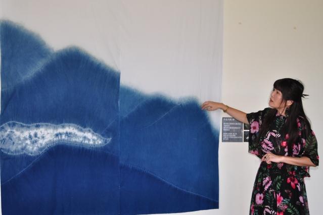 藝術家蔣育鳳解說藍染技法,此幅作品以新竹縣五峰鄉山景為發想,有如潑墨畫般特別好看