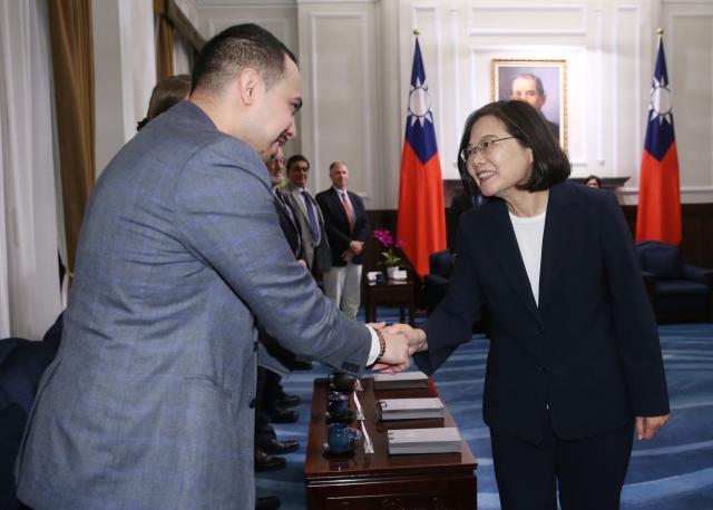 蔡英文(右)21日接見「福爾摩沙論壇: 2019海事安全對話」外國專家學者。她表示,台灣將加速深化與新南向國家的合作,創造雙贏。(中央社)