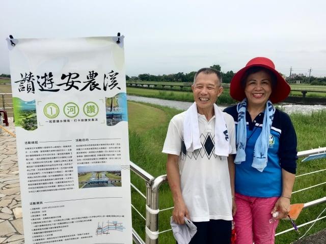 宜蘭縣書法協會理事吳鴻逸與人壽保險襄理江小姐走完全程,鼓勵民眾來安農溪體驗好山好水。