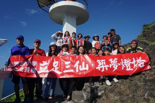 成功鎮三仙國小9位畢業生攀登三仙台燈塔領畢業證書。(三仙國小提供)