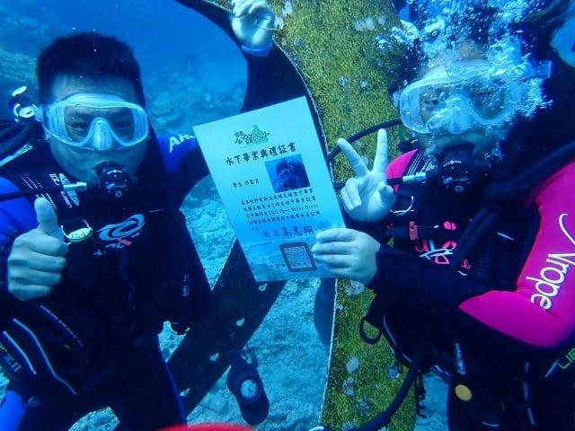 綠島鄉公館國小12位畢業生下海潛水領取畢業證書。(台東縣政府提供)