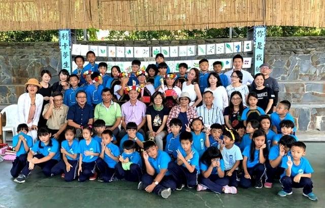 卑南鄉利嘉國小5位畢業生在參與著作的《你是我的菜》新書發表會上領取畢業證書。(台東林管處提供)
