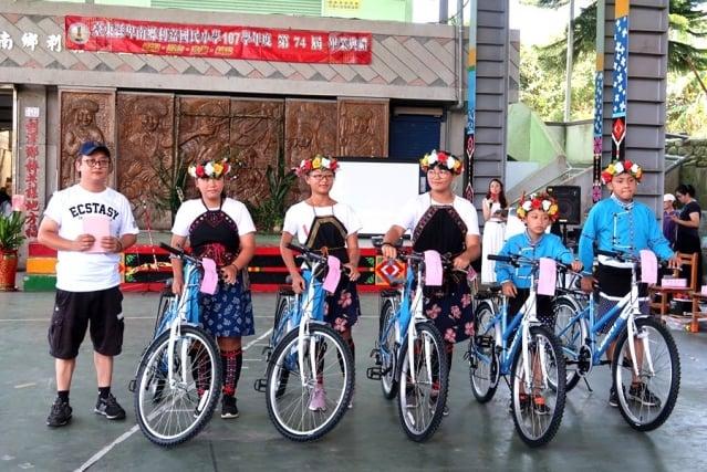 利嘉國小畢業生收到出身部落的原住民主廚阿龍師贈送的夢想腳踏車。(利嘉國小提供)