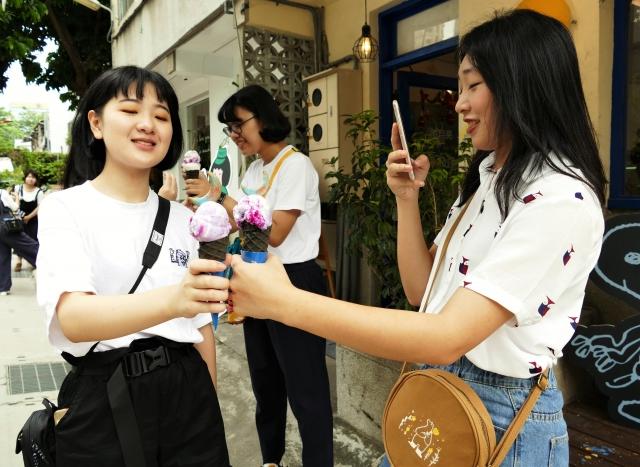 「獨角獸」冰淇淋,成了打卡拍照的熱點。(攝影/鄧玫玲)
