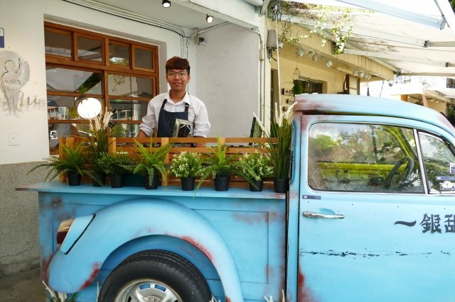 來自嘉義的「一銀甜品」在台中審計新村賣起仙草冰和雞蛋糕。(攝影/鄧玫玲)