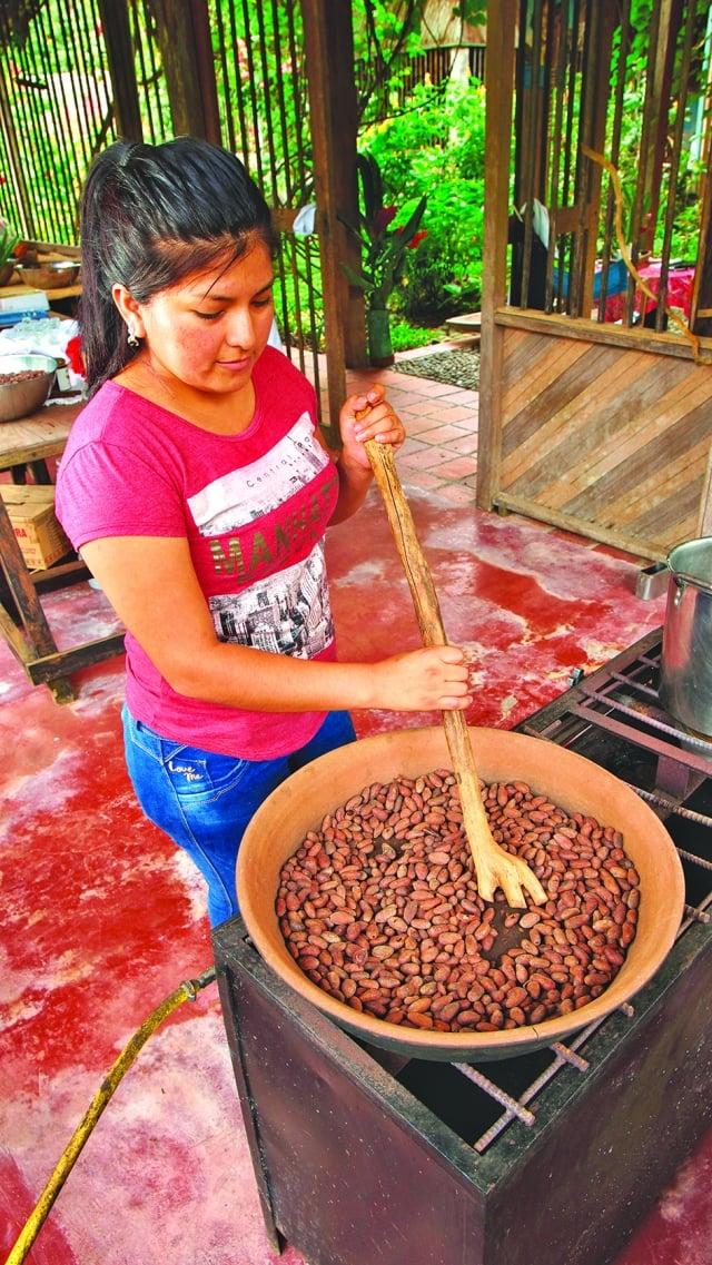 基多女子手工製作巧克力。(shutterstock)