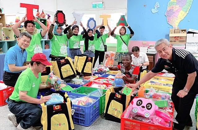 青年志工也在現場實際的整理、清潔並挑選屬意玩具,打包放入自己服務背包內。(記者徐乃義/攝影)