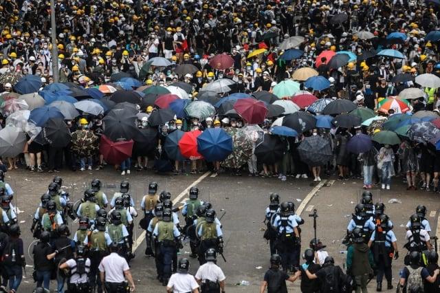 2019年6月12日,香港警察發射催淚彈、布袋彈及橡膠子彈對「反送中」民眾進行驅離。(Getty Images)